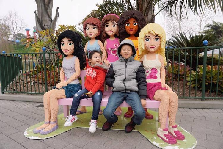 Đặc biệt, cậu bé còn rất thương yêu các em con của mẹ Jennifer Phạm và dượng Đức Hải.
