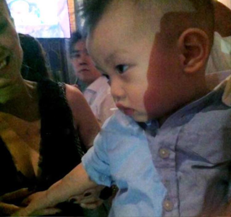Kể từ khi mới chào đời, Hồ Ngọc Hà - Cường đô la giữ kín hinh ảnh con trai Subeo. Phải đến khi sinh nhật 1 tuổi, khoảnh khắc hiếm hoi của bé được rò rỉ trên mạng xã hội.