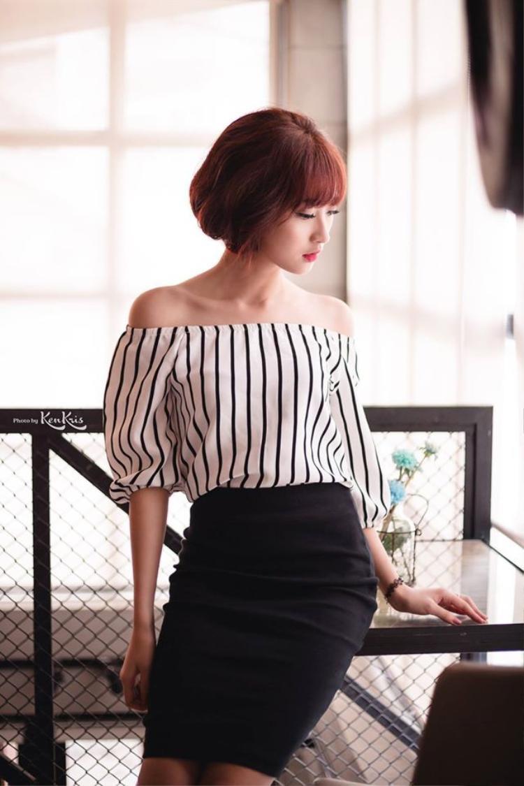 Đôi khi cô cũng táo bạo thay đổi bản thân với áo trễ vai khoe nét đẹp quyến rũ qua những shoot hình fashion.