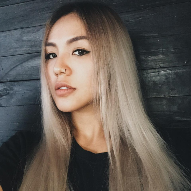 Mái tóc dài bạch kim là đặc điểm nhận dạng nổi bật của Quỳnh Như.