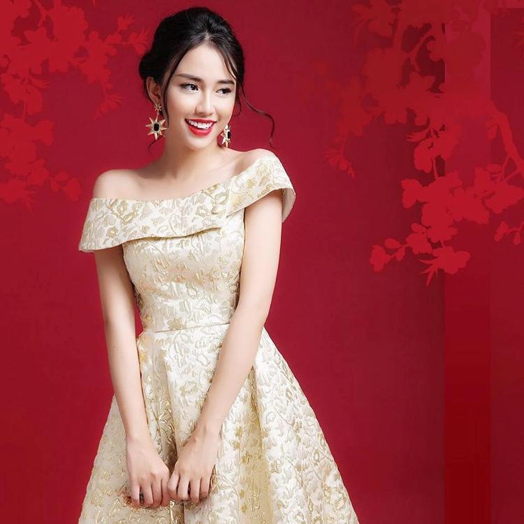 Có lẽ những chiếc váy điệu đà này nên được Yumi Thiên Nga thay thế với các items theo phong cách trendy hay sporty để tìm ra những góc cạnh mới cho bản thân.