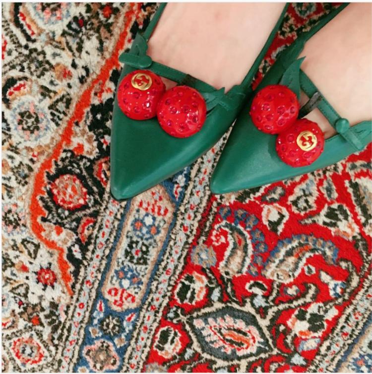 Đến cả giày hiệu Gucci Sulli cũng trưng diện hai màu này.