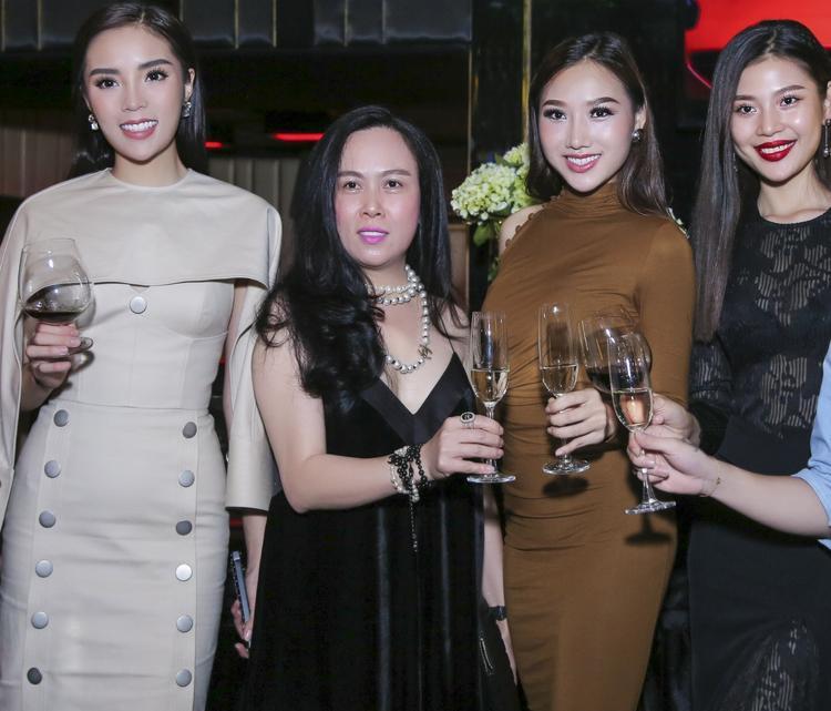 Hoa hậu Kỳ Duyên phấn khích khi được gặp gỡ thần tượng Mỹ Tâm