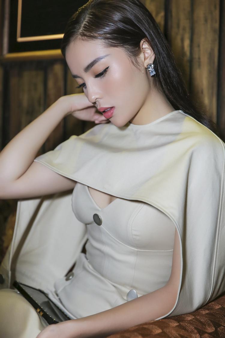 Vẻ đẹp sang trọng, thần thái quyến rũ của mỹ nhân gốc Nam Định thu hút nhiều sự chú ý của các khách mời.