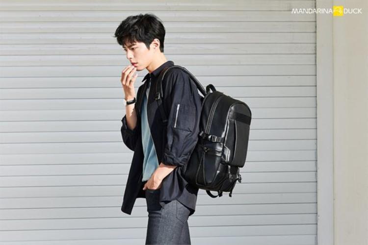 Park Bo Gum quảng cáo balo của nhãn hiệu Mandarina Duck.