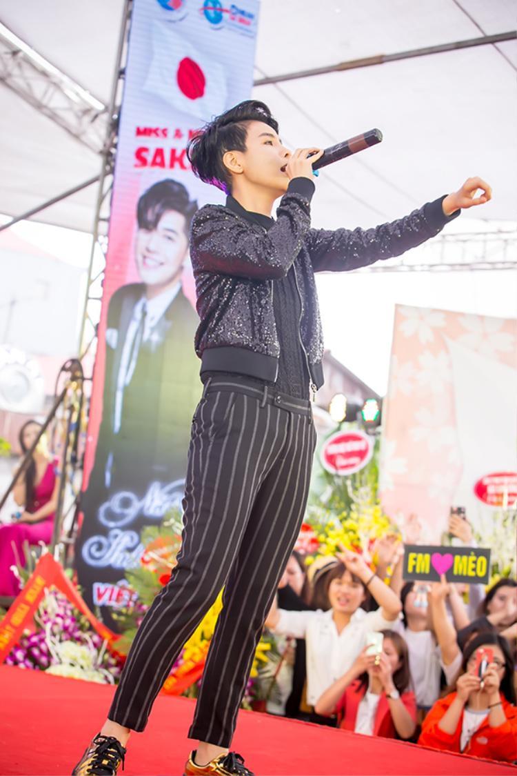 Hoa hậu Phạm Hương xúc động trước tình cảm của fan Hà Nội