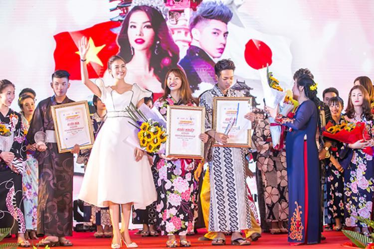 Không chỉ làm ban giám khảo, Phạm Hương còn trao hai danh hiệu cao quý nhất của lễ hội là Miss and Mister Sakura 2017.