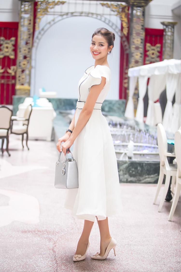 Người đẹp cho biết mình chọn bộ trang phục thanh lịch và cổ điển này để hoà chung không khí giao lưu văn hoá Việt - Nhật.