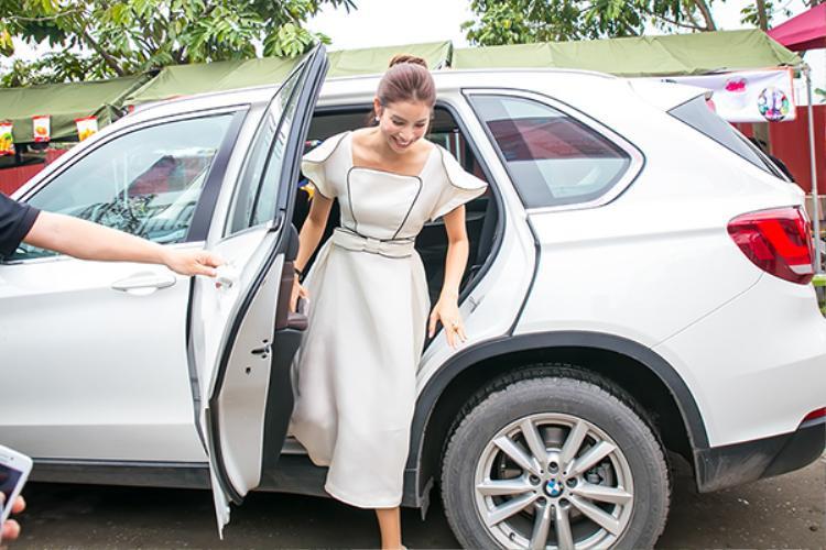Phạm Hương được đưa đón bằng xe sang tới chương trình.