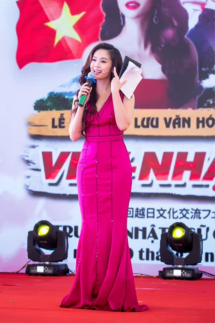 MC Thùy Linh đảm nhiệm phần dẫn dắt chương trình giao lưu.