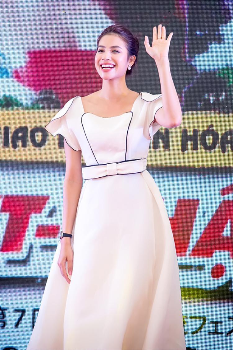 Hoa hậu Hoàn vũ Việt Nam tỏa sáng trên sân khấu.