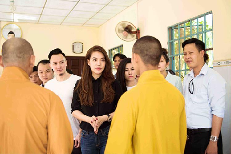 Cô còn trao quà cho các vị sư trì ngôi chùa nhỏ tại xã Tân Phong.