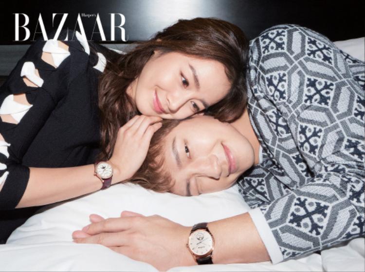 Kim Tae Hee và Bi Rain tựa đầu vào nhau đầy âu yếm.