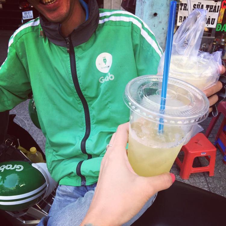 Anh tài xế dễ thương chạy xe với chi phí bằng một ly nước mía. Ảnh: Nguyễn Huyên Phương