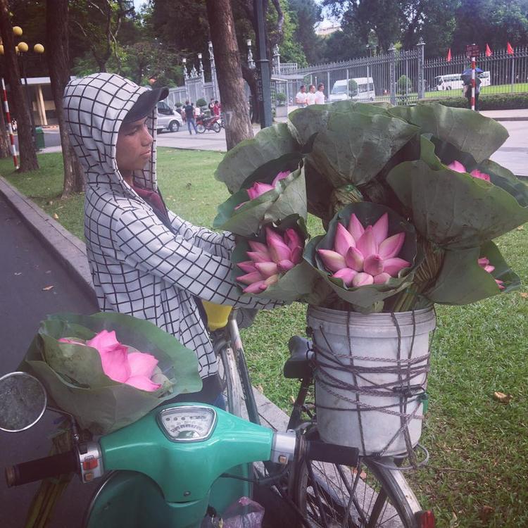 Cậu bé bán hoa sen dễ thương. Ảnh: Nguyễn Huyên Phương
