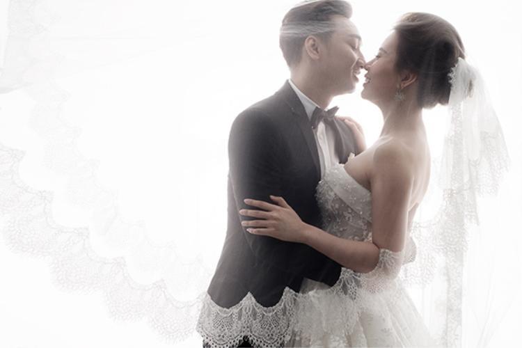 Cả hai liên tục trao nhau những nụ hôn ngọt ngào.
