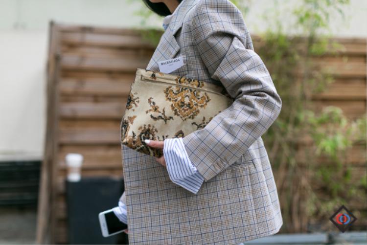 Thậm chí có thể phá cách hơn khi kết hợp họa tiết kẻ trên áo blazer cùng hoa văn bắt mắt từ chiếc clutch như nàng fashion blogger Yoyo Cao.