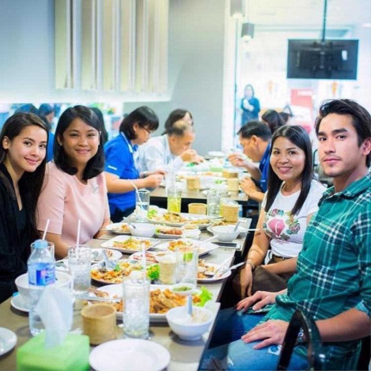 Cặp đôi đi ăn cùng hai bà mẹ.