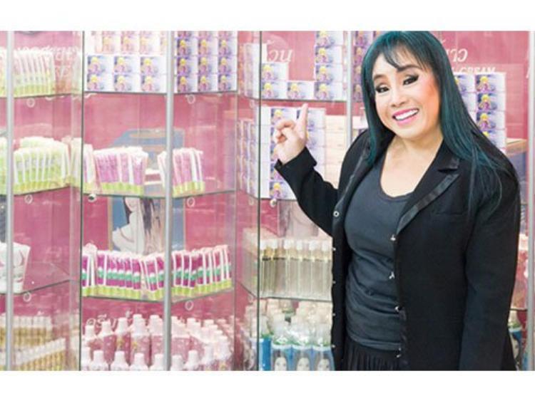 Leena Jungjanya-57 tuổi là một nữ diễn viên kiêm luật sư, doanh nhân mỹ phẩm rất nổi tiếng ở xứ sở chùa tháp.