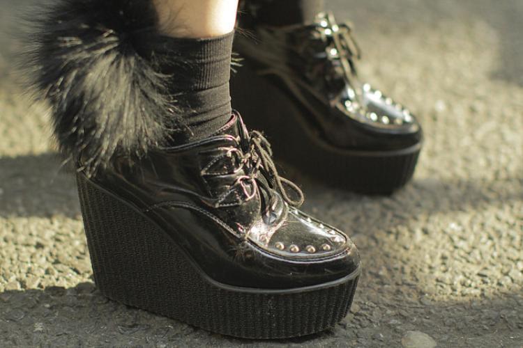 Boot bánh mì vói chi tiết lông đính phía sau gót giày thú vị