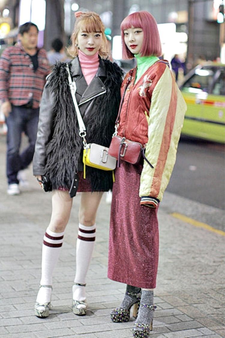 Tất màu mè luôn là những item không thể thiếu của một cô nàng sành điệu, và mang cùng giày cao gót thì chẳng xa lạ gì, thấp thoáng hơi thở lolita nhưng hiện đại hơn hẳn
