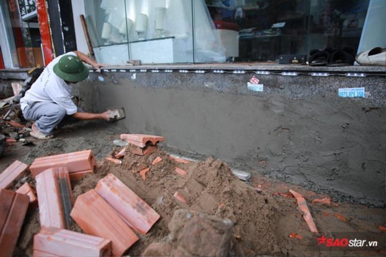 Một số hộ dân có phần vỉa hè cao gần bằng nền nhà thì họ chỉ cần xây sát vào phần đất nhà mình, trả lại vỉa hè.
