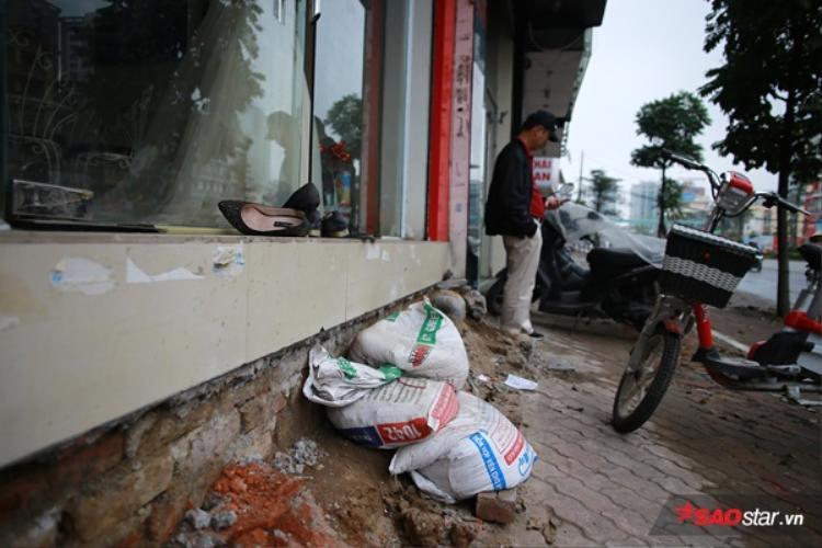 Nhiều hộ dân chưa xây lại bậc tam cấp nên phải dùng bao tải đất để vào nhà.