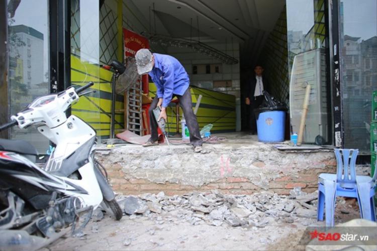 Theo các kiến trúc sư (KTS) trên thế giới, người dân sinh sống mặt đường thường xây dựng bậc tam cấp lùi vào trong nhà. Trong một bài phỏng vấn KTSPhi Mạnh Huy chia sẻ mô hình này hoàn toàn có thể ứng dụng ở nước ta.