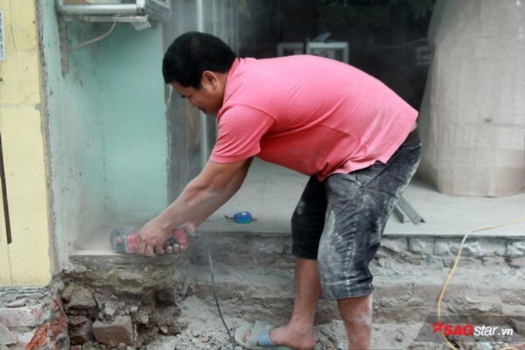 Anh Bình (quê Hoài Đức, Hà Nội) - một thợ xây cho biết việc làm lạibậc tam cấp chỉ mất một đến hai ngày.