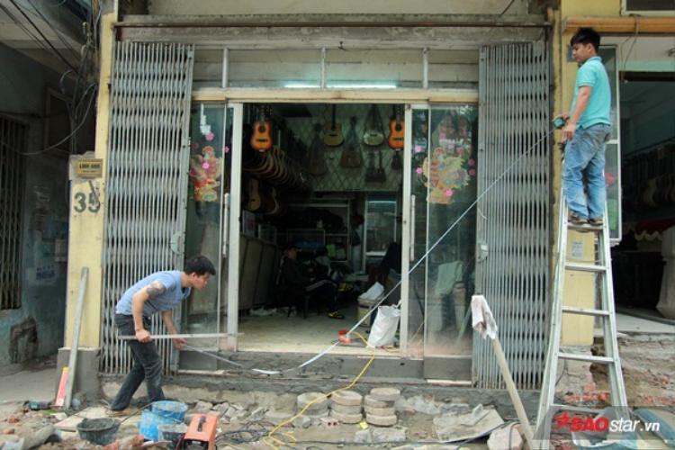 Sáng 21/3, nhiều hộ dân trên phố Hào Nam (khu vực gần Học viện Âm nhạc Quốc gia Việt Nam) đồng loạt xây lại bậc tam cấp.