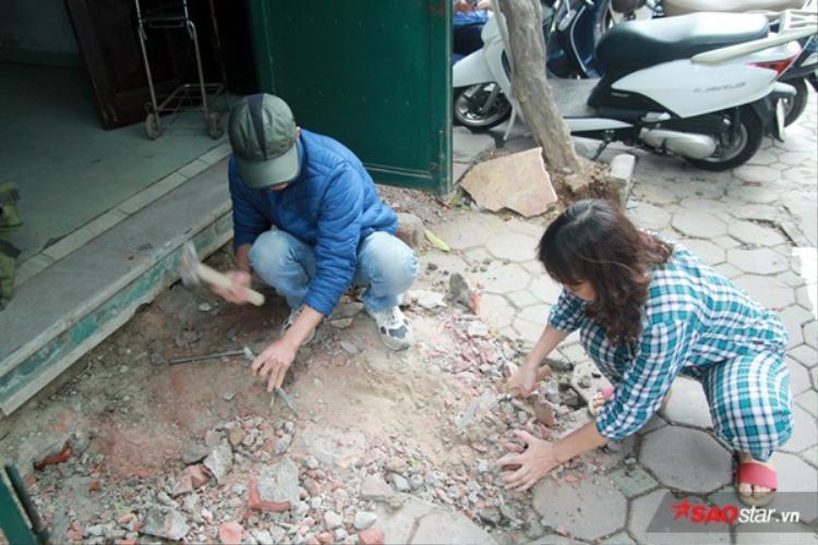 """Nhiều chủ nhà còn hỗ trợ thợ xây trong quá trình xây dựng xây dựng. Bác Hồng (phố Hào Nam) bộc bạch: """"Vì nhà có trẻ con nên tôi muốn việc xây lại bậc tam cấp nhanh chóng hoàn thiện""""."""