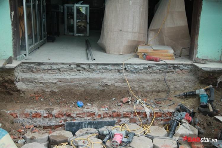 Thay vìxây bậc thềm nhô ra vỉa hè từ 80-100 cm như trước đây, nhiều người đã có ý thức xây bậc tam cấp lùi vào bên trong nhà mình.