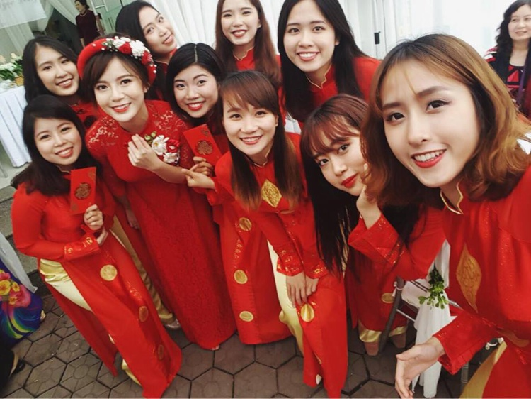 Tú Linh chụp hình cùng dàn nữ bê cháp duyên dáng trong tà áo dài đỏ.