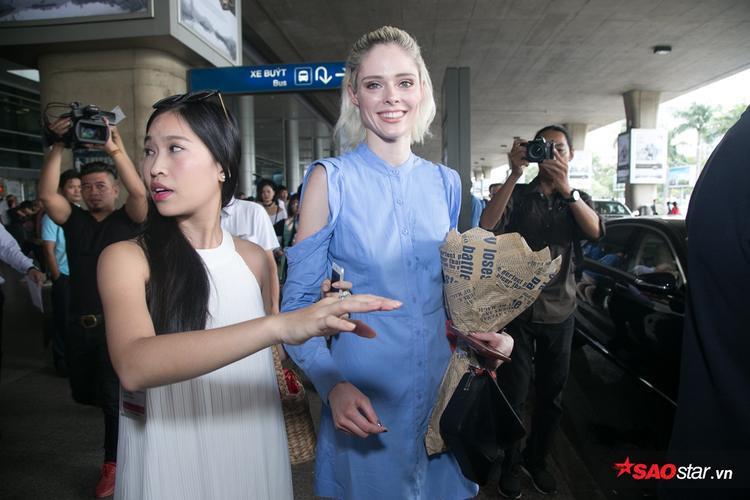 Coco Rocha kẹt cứng trong vòng vây của fan tại sân bay Tân Sơn Nhất