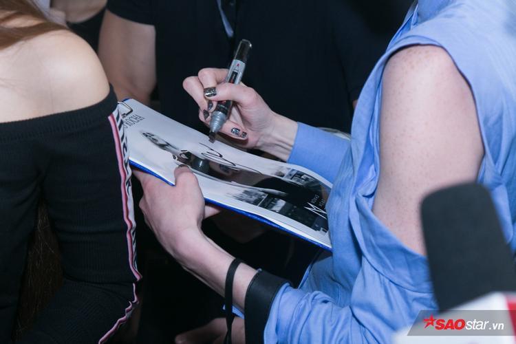 Người đẹp nhiệt tình ký tặng cho fan.