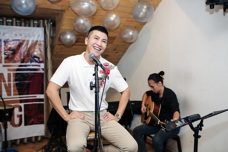 Bên cạnh việc hát tặng fan, Mai Tiến Dũng còn chia sẻ những dự định mới cũng như hoạt động nghệ thuật của mình tại cả Mỹ và Việt Nam.