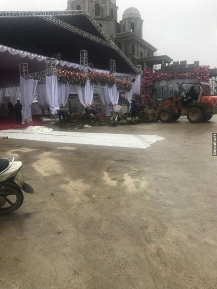 Công tác chuẩn bị trước khi tiệc cưới diễn ra.