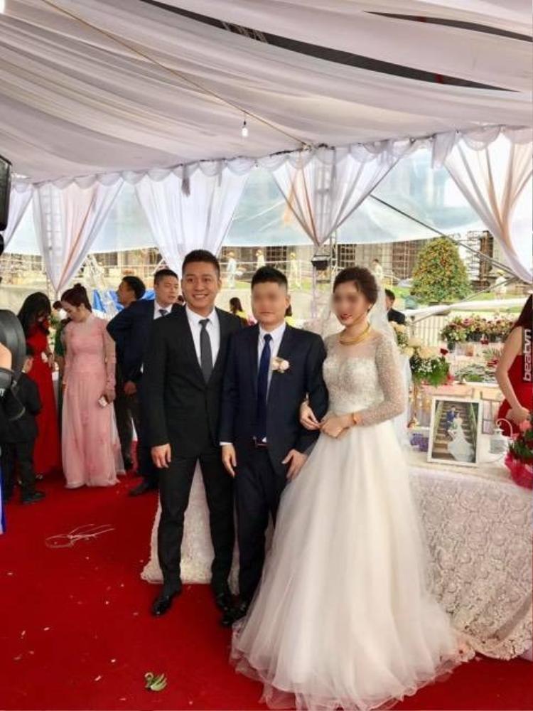 Ca sĩ Tuấn Hưng là khách mời thân thiết trong đám cưới này.