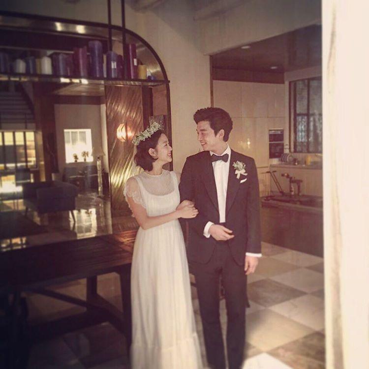 Kim Go Eun còn đăng tải hình ảnh hậu trường phim vô cùng tình tứ với Gong Yoo lên mạng xã hội.