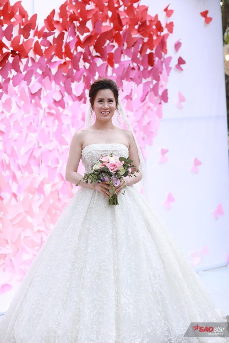 Ngọc Hương vô cùng xinh đẹp trong bộ váy cưới trắng cúp ngực.