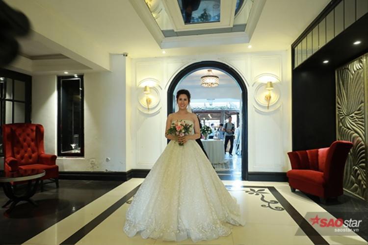 Ngay khi vừa đến địa điểm cưới, hai vợ chồng Thành Trung - Ngọc Hương đã tách nhau ra.