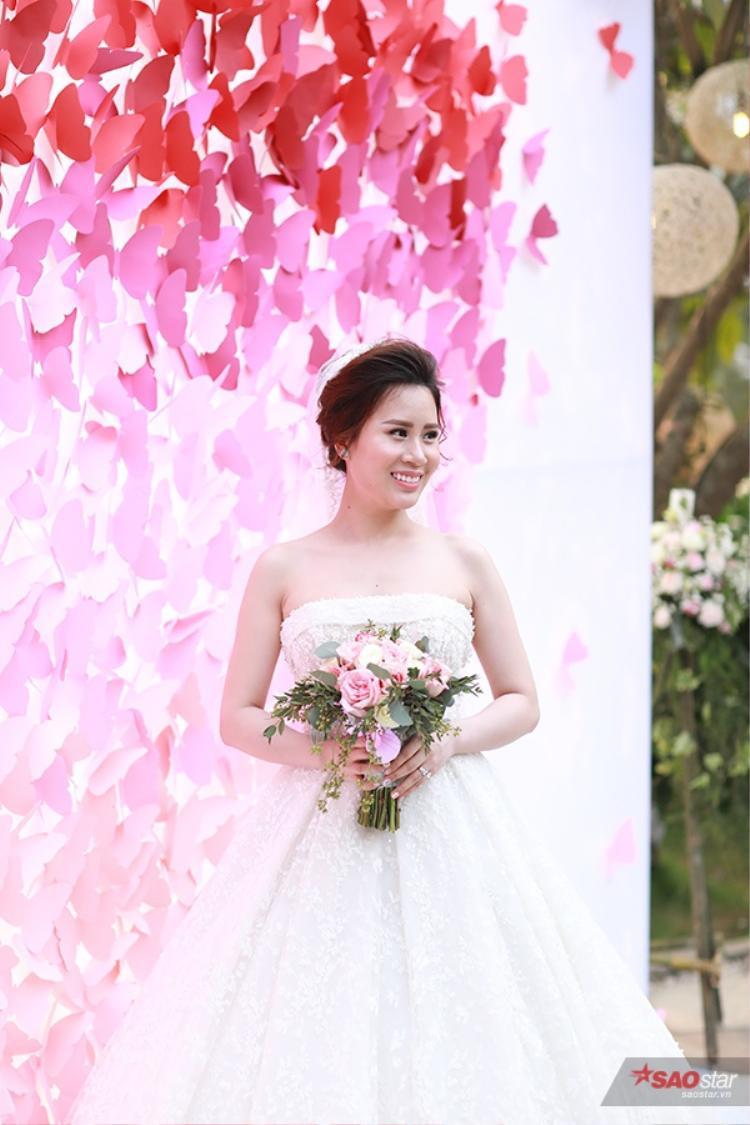 Chú rể Thành Trung lui vào sau hậu trường kiểm ra lại đám cưới lần cuối. Còn cô dâu Ngọc Hương thì xuất hiện ở sảnh chính để chụp hình.