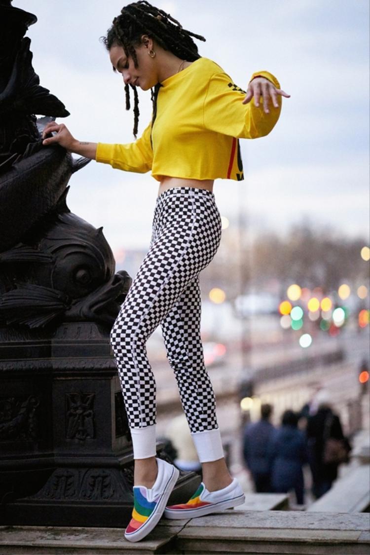 Khi chiếc quần legging đơn điệu được in họa tiết huyền thoại của Vans cùng đôi slip on cầu vồng thật thú vị