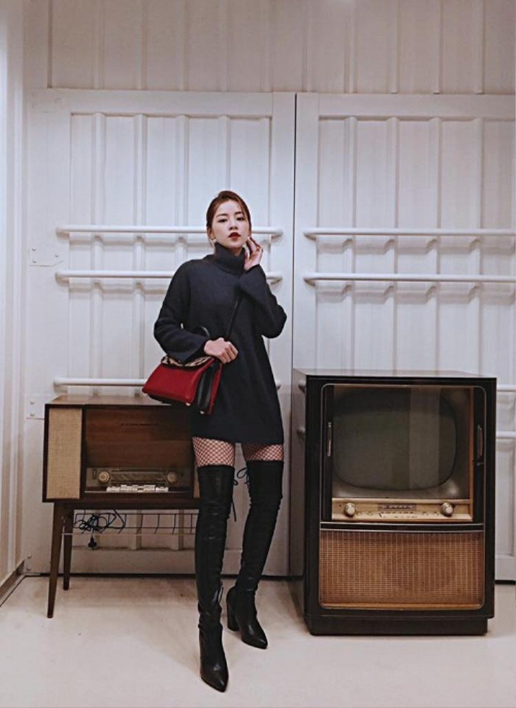 """Set đồ siêu sexy với combo váy len cao cổ + tất lưới + boots cao cổ khiến người hâm mộ """"điêu đứng""""."""