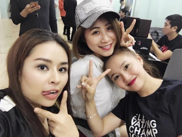 Thu Hà vui vẻ cùng các thí sinh team Đông Nhi.