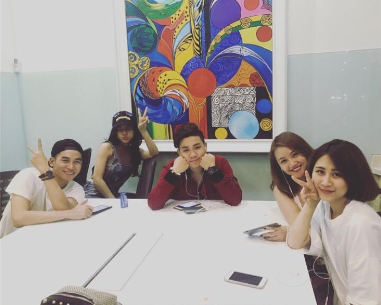 Thu Hà trong các buổi tập với những thí sinh khác của The Voice 2017.