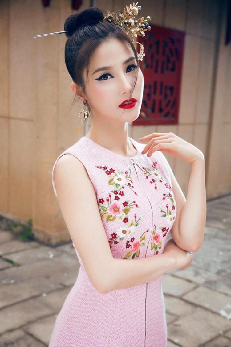 Diễm My 9x với trâm cài đầu vô cùng ăn ý trong thiết kế của Lê Thanh Hòa.