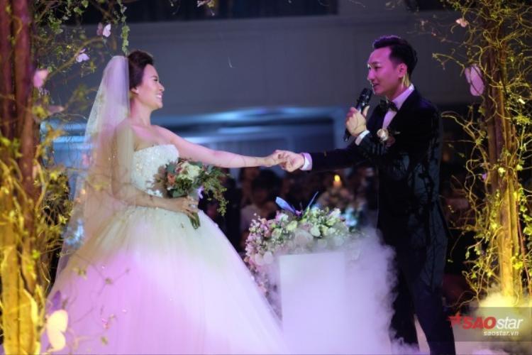 Gia đình, bạn bè, quê hương và công việc chính là những tài sản mà cả hai công khai, hứa cùng nhau vun vén hạnh phúc hôn nhân.