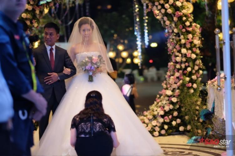 Cô dâu Ngọc Hương được bố nắm tay tiến vào làm lễ.