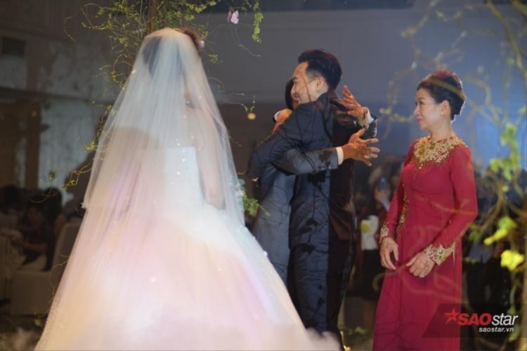 Nam MC mời bố mẹ vợ lên sân khấu.